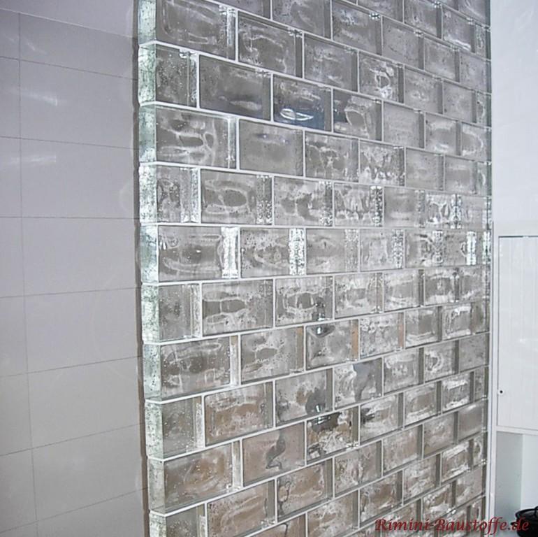 Duschwand aus Glaselementen mit Luftblasen