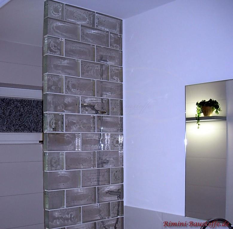 Duschabtrennung im Badezimmer mit modernen Glasbausteinen