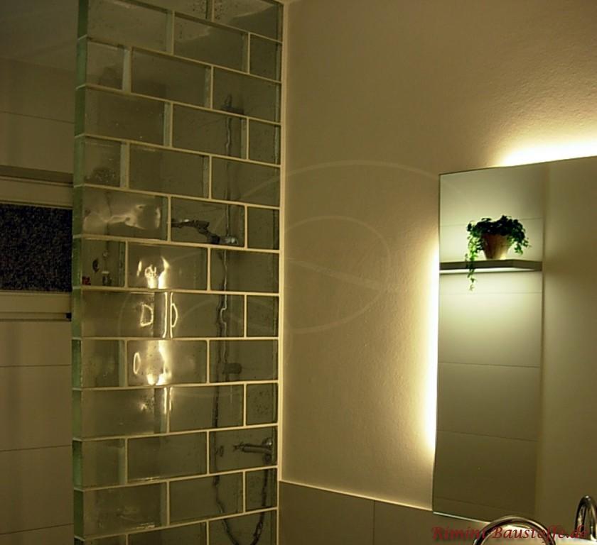 Glasbausteine im Dunkeln mit indirekter Beleuchtung