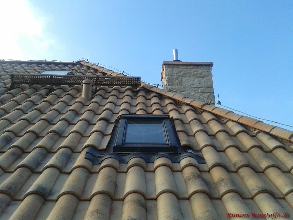 Blitzableiter verbaut auf einem Dach mit mediterranen Ziegeln