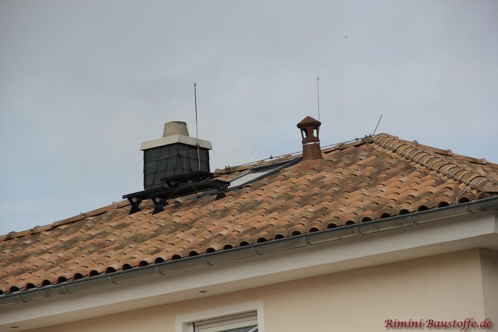 Blitzableiter auf einem Dach mit romanischen Dachziegeln