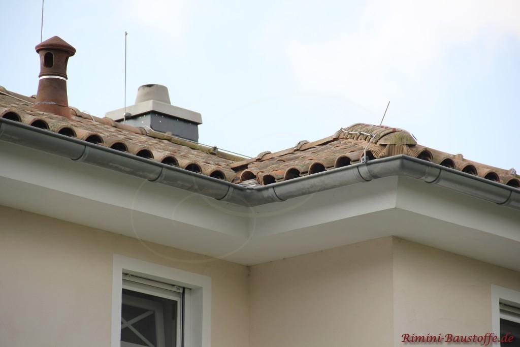 Verlegung eines Blitzableiters auf dem Dach