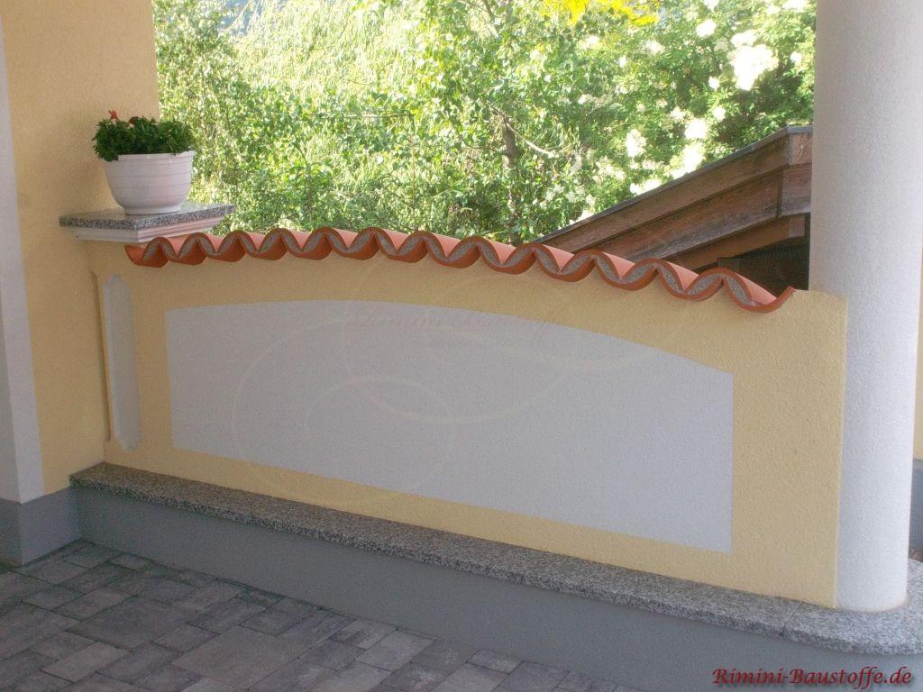 Mauer aus Putz mit gewölbter Mönch und Nonne Hablschalen Abdeckung