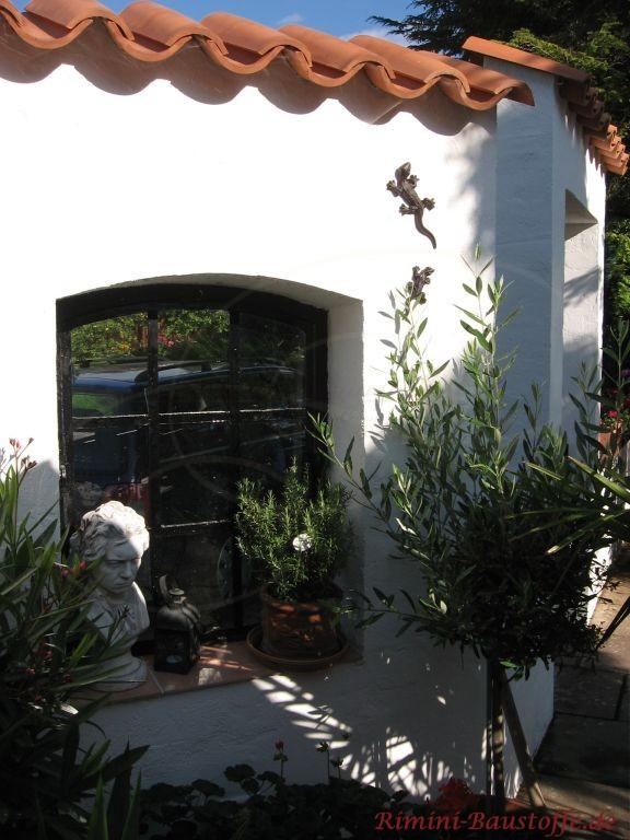 Mauer aus Putz mit Fenster Abdeckung aus Mönch und Nonne Halbschale