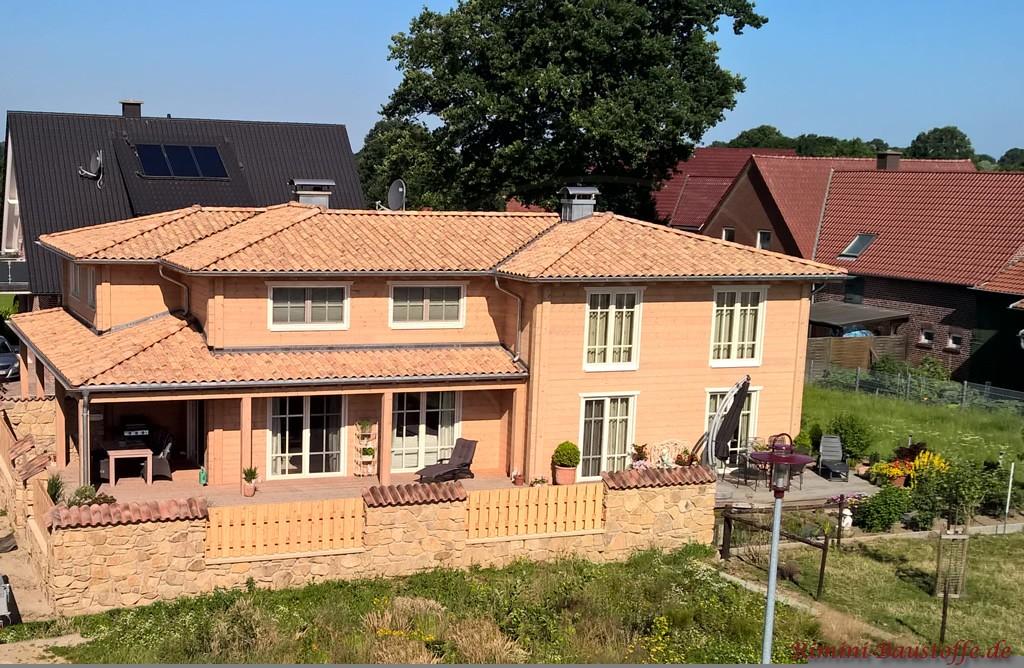 Holzfassade und heller mediterraner Dachziegel