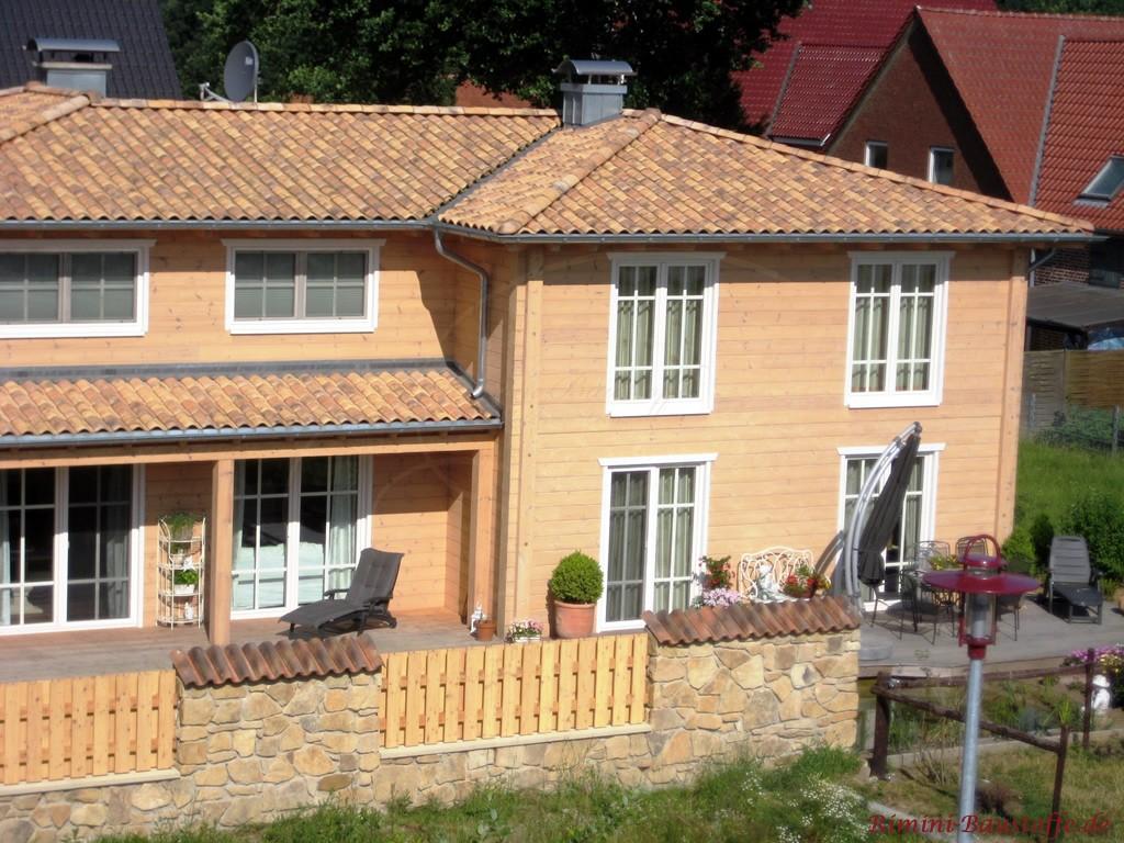 Holzhaus eingedeckt mit romanischen Dachziegeln