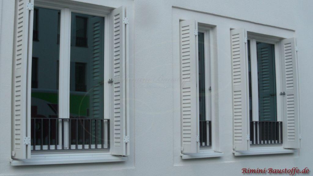 weisse Fenster und dazu weisse Fensterlaeden