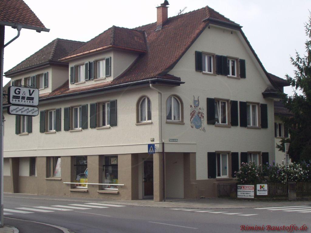 Obergeschosswohnung mit gruenen Fensterlaeden