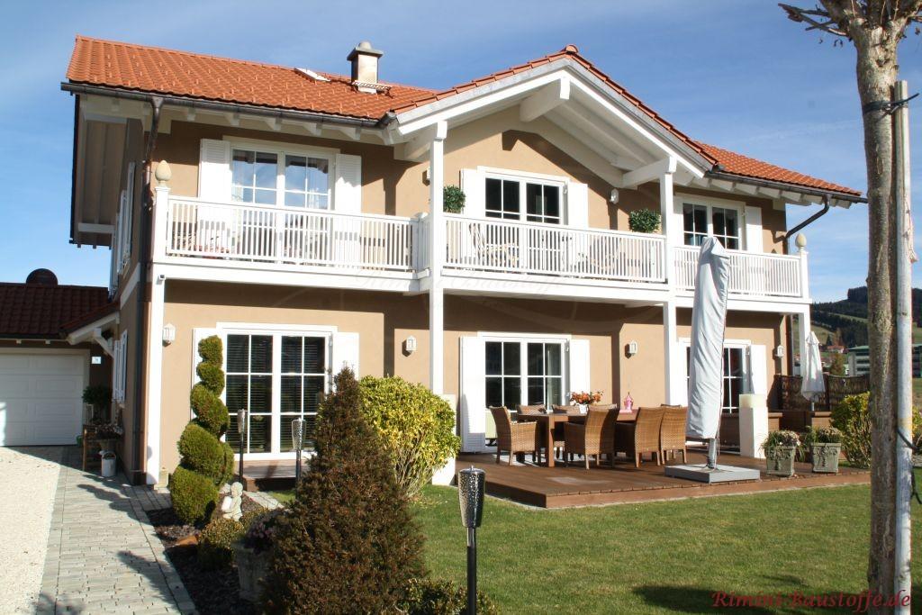 tolle mediterrane Villa mit bodentiefen Fenstern und Fensterlaeden