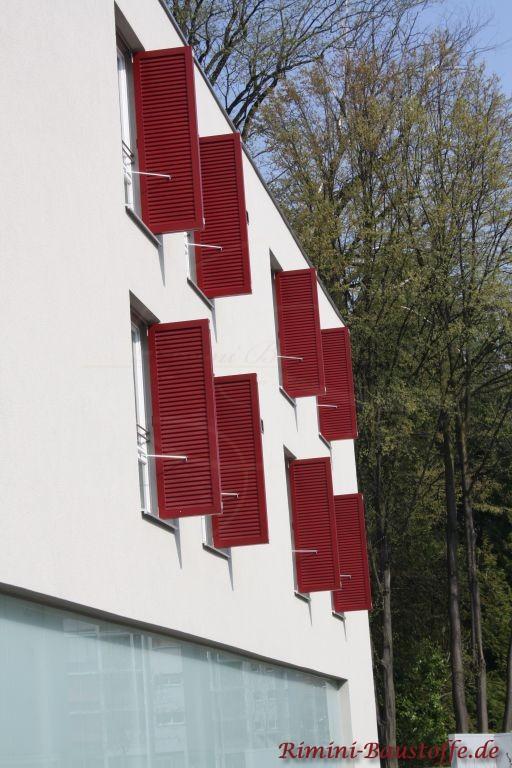 bordeauxfarbene Fensterlaeden in Lamellenoptik