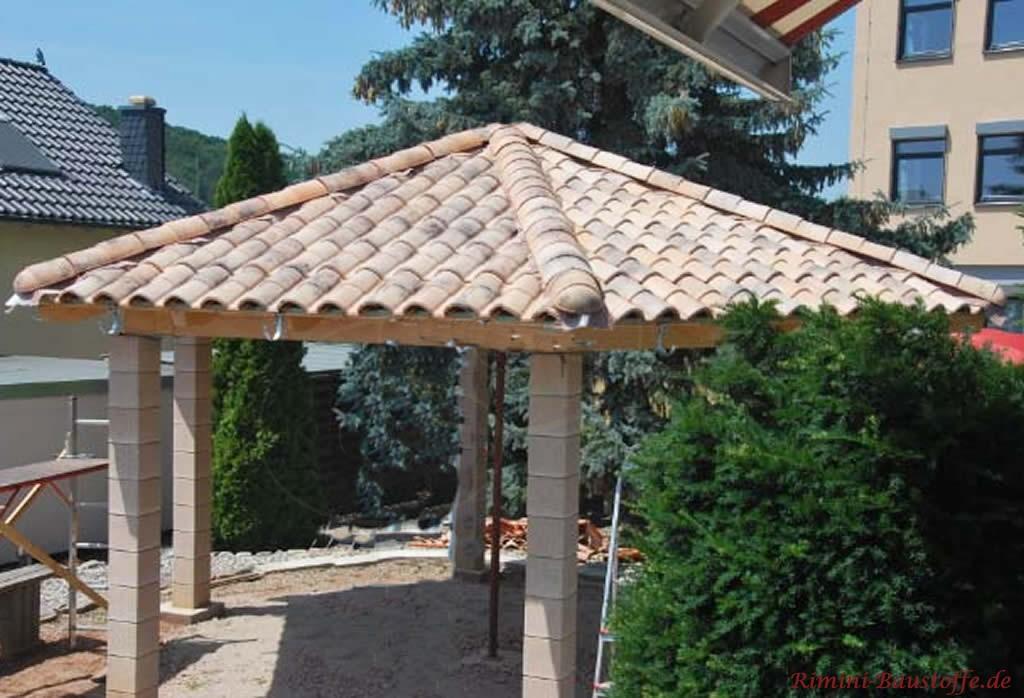 Gartenpavillon mit mediterranen Dachziegeln gedeckt