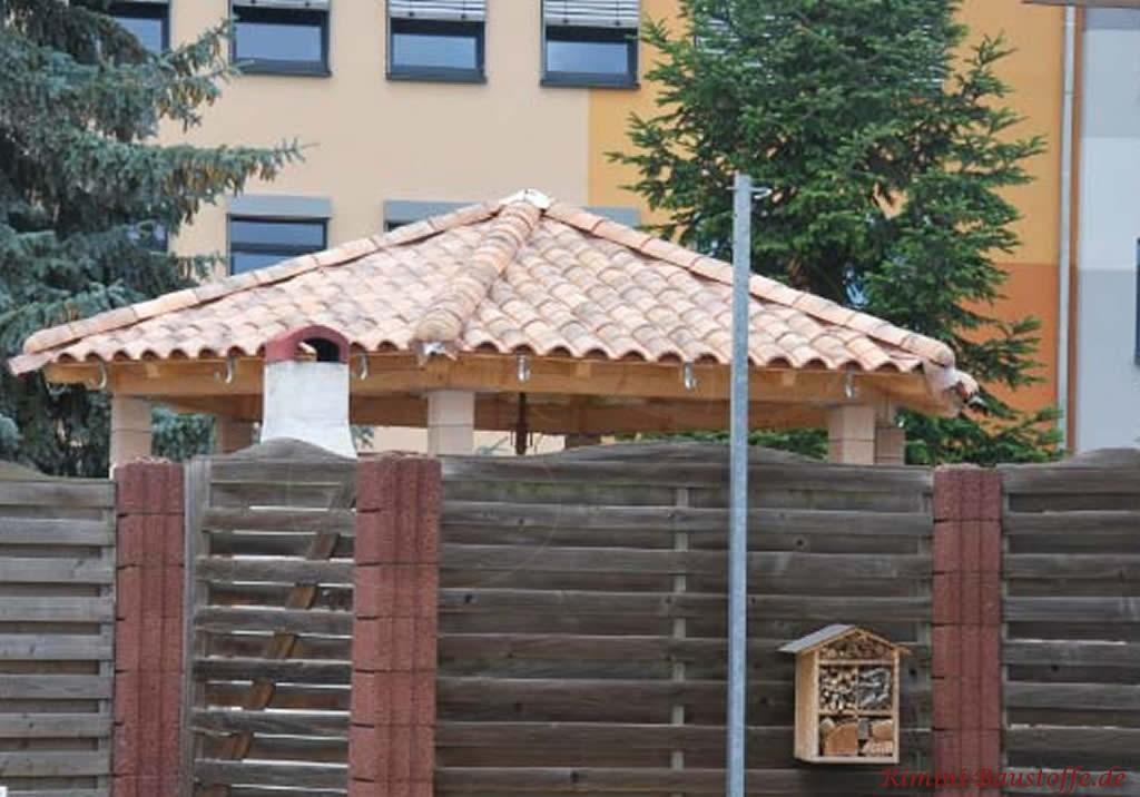 Gartenpavillon mit südländischen Dachziegeln gedeckt