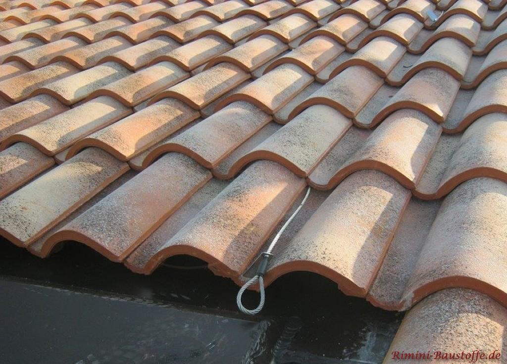 Absturzsicherung bei einem mediterranen Dachziegel