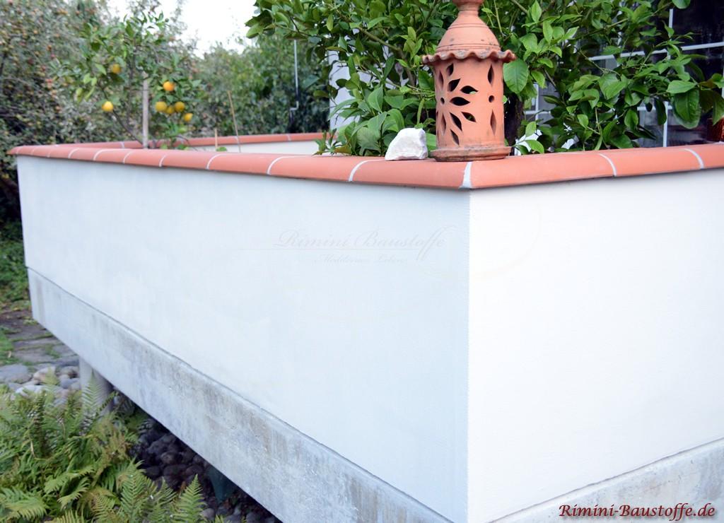 weisse verputzte Balkonmauer mit roter Mauerabdeckung