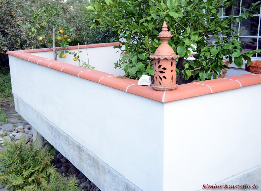 Mauerabdeckung die auch als Abstellflaeche genutzt werden kann