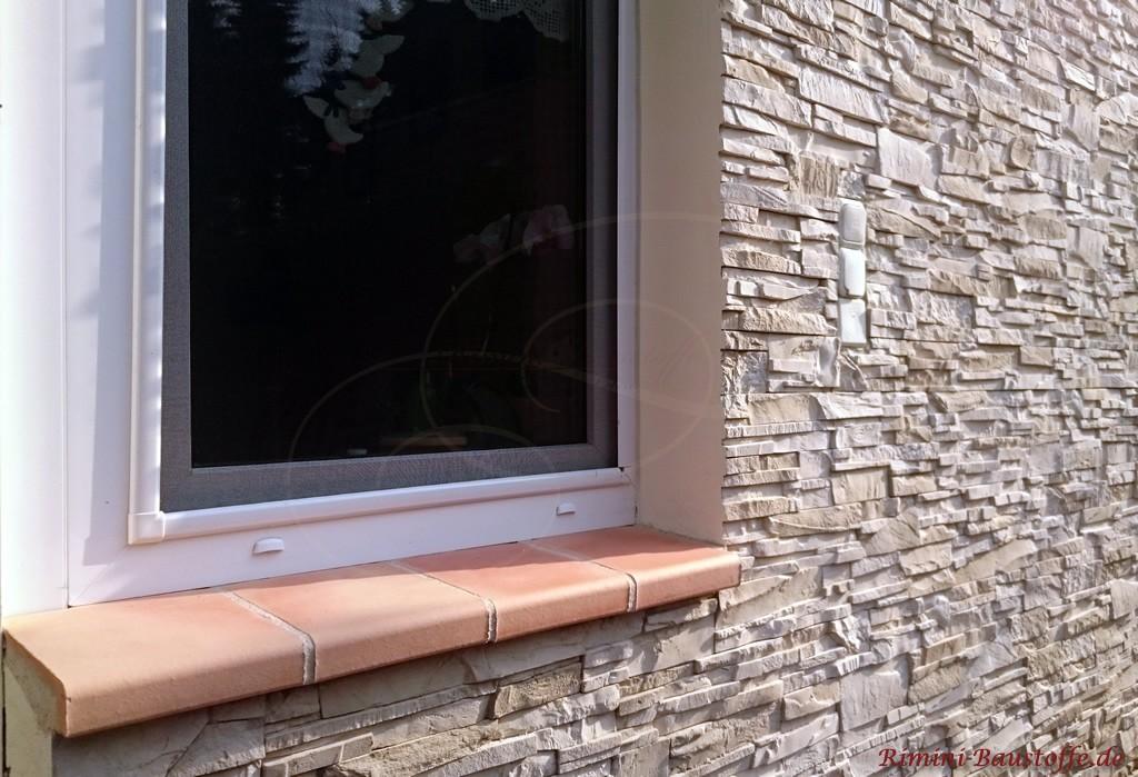 Fensterbaenke aus Ton in einem hellen Rose-Ton