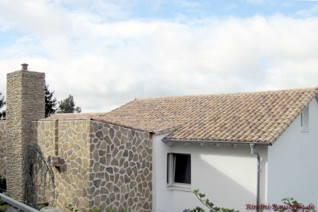 heller mediterraner Dachziegel zu einer weissen Putzfassade