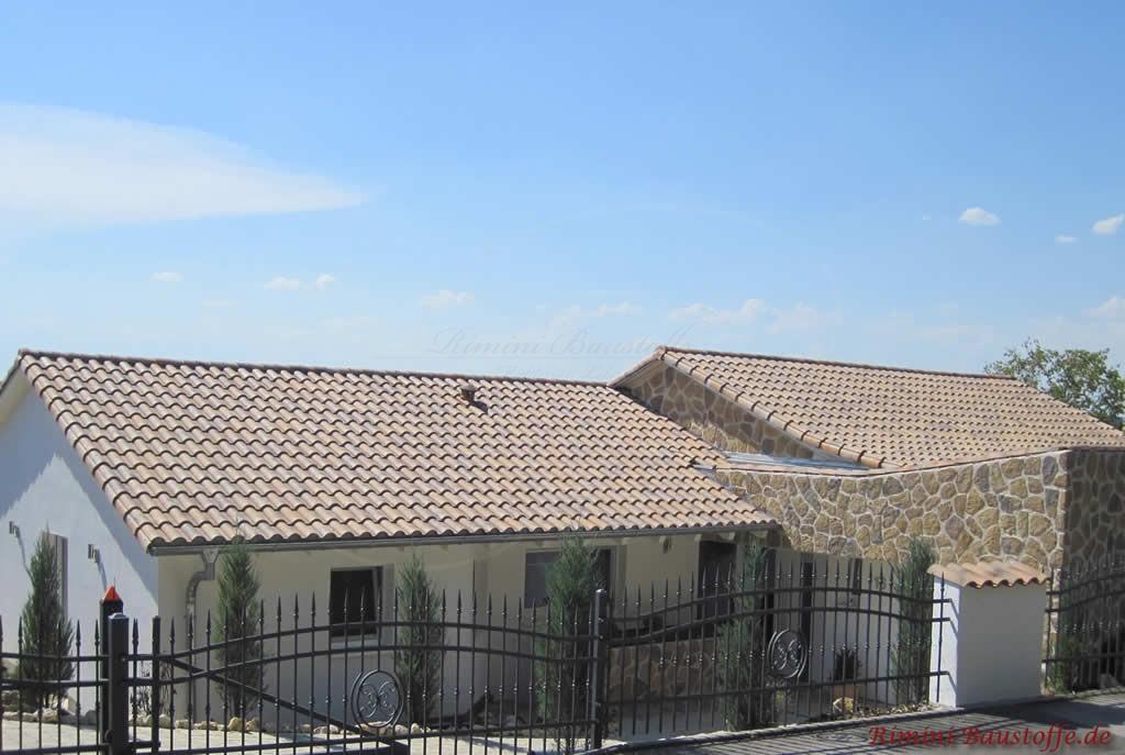heller romanischer Tondachziegel und Fassade in Natursteinoptik