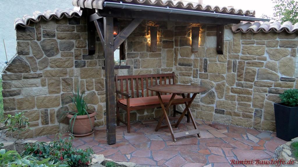 rustikale Sitzecke mit einer Sichtschutzmauer umgeben