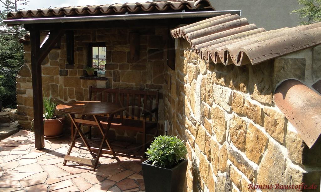 Gartenmauer im mediterranen Stil gestaltet