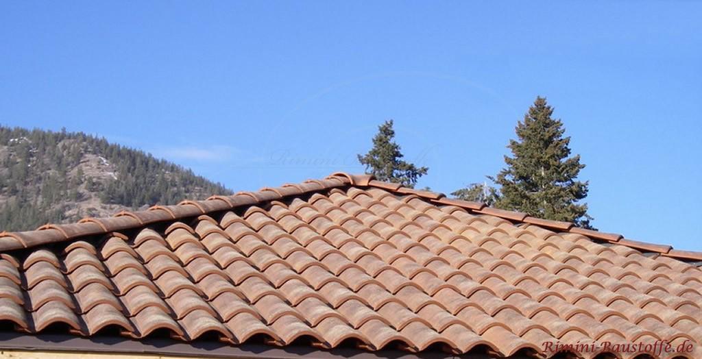mediterrane Dacheindeckung in Halbschalenoptik