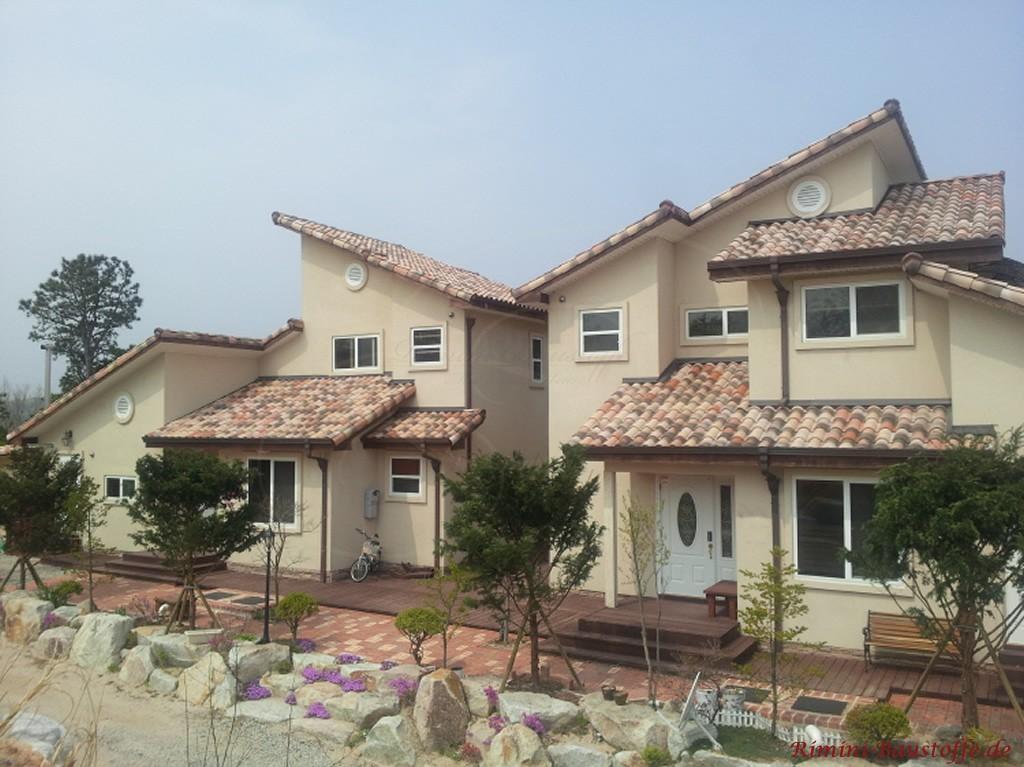 aufwaendige Dachkonstruktion mit mehreren Pultdaechern