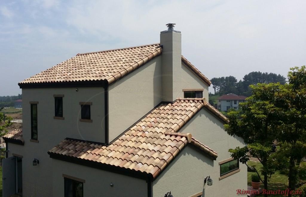 milder romanischer Dachziegel zu einer hellen Putzfassade