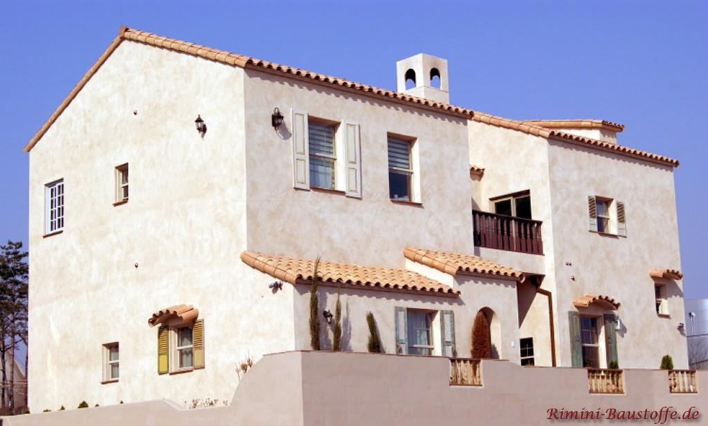grosse mediterrane Villa mit rosefarbenen Dachziegeln