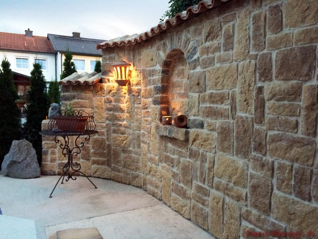 mediterrane Gartenmauer mit Leichtbetonriemchen verkleidet