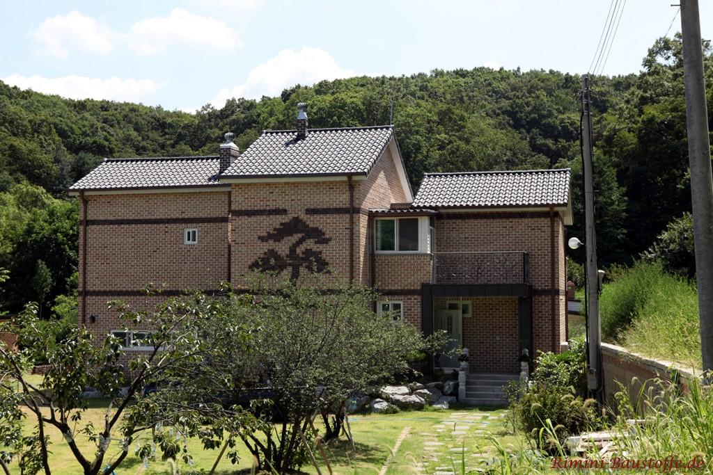 anthrazitfarbener Tondachziegel zu einer Klinkerfassade