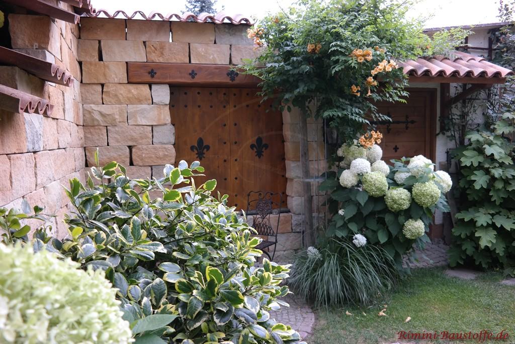Gartenecke mit eingebauten alten Holzfenstern