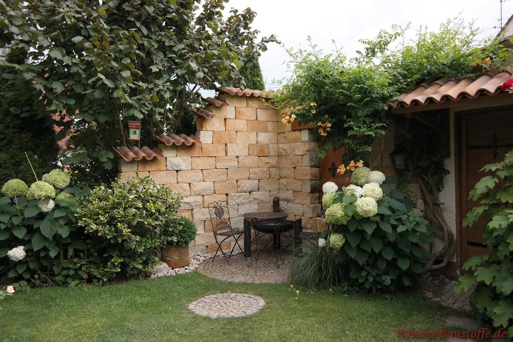 Sichtschutzmauer im Garten im mediterranen Stil