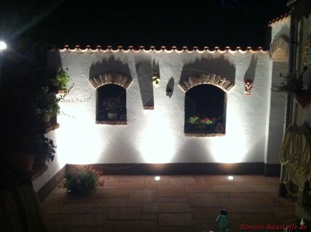 weiss verputzte Gartenmauer mit Moench Nonne Halbschalen