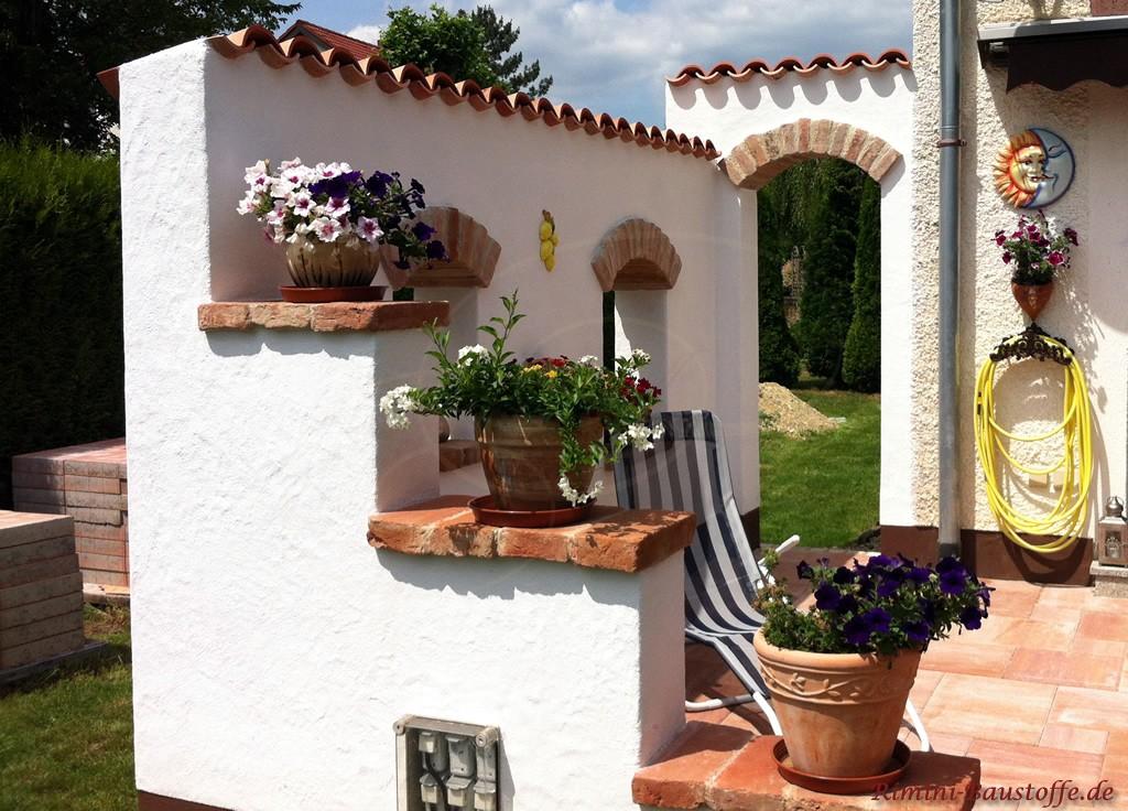 Windschutzmauer an der Terrasse mediterran gestaltet