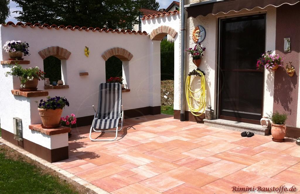 mediterran gestaltete Terrasse mit Sichtschutzmauer