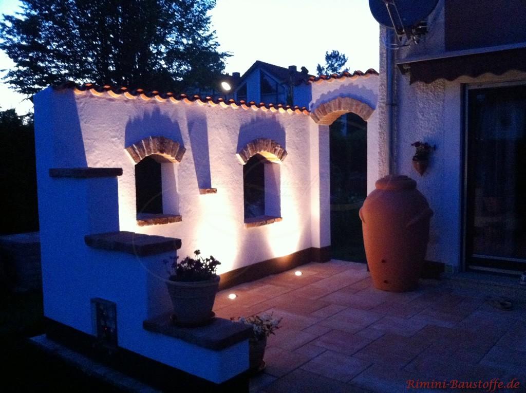 indirekt beleuchtete Gartenmauer