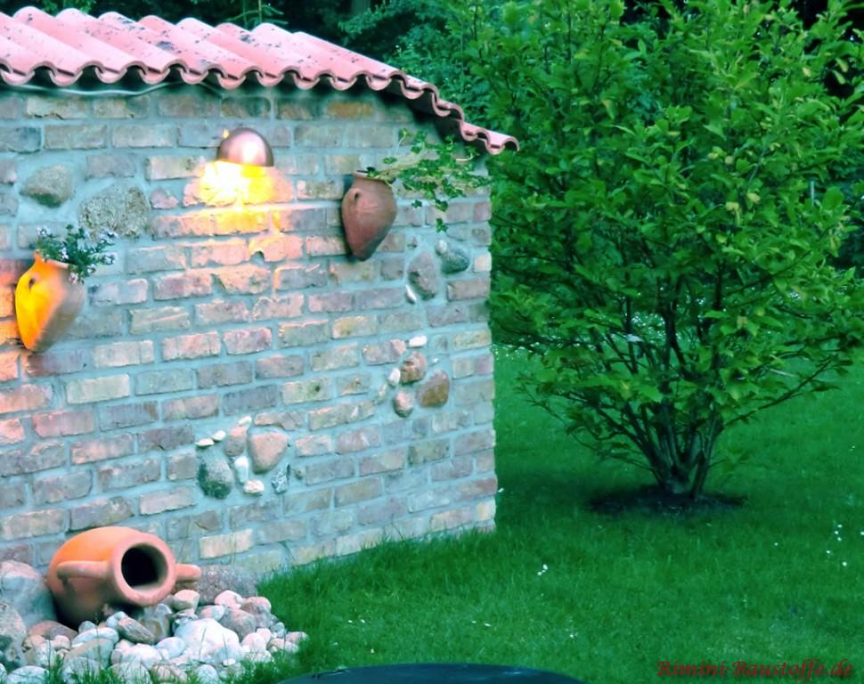 rustikale gemauerte Gartenmauer mit Moench Nonne Halbschalen