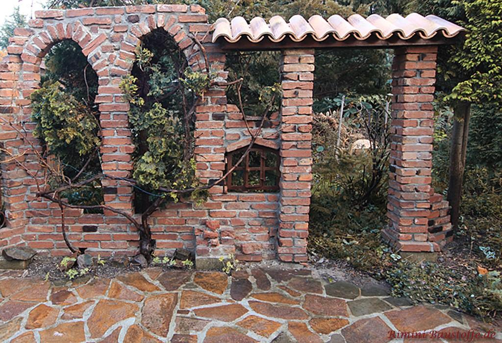 alte Mauerruine im Garten mit Eisenfenstern aus Guss