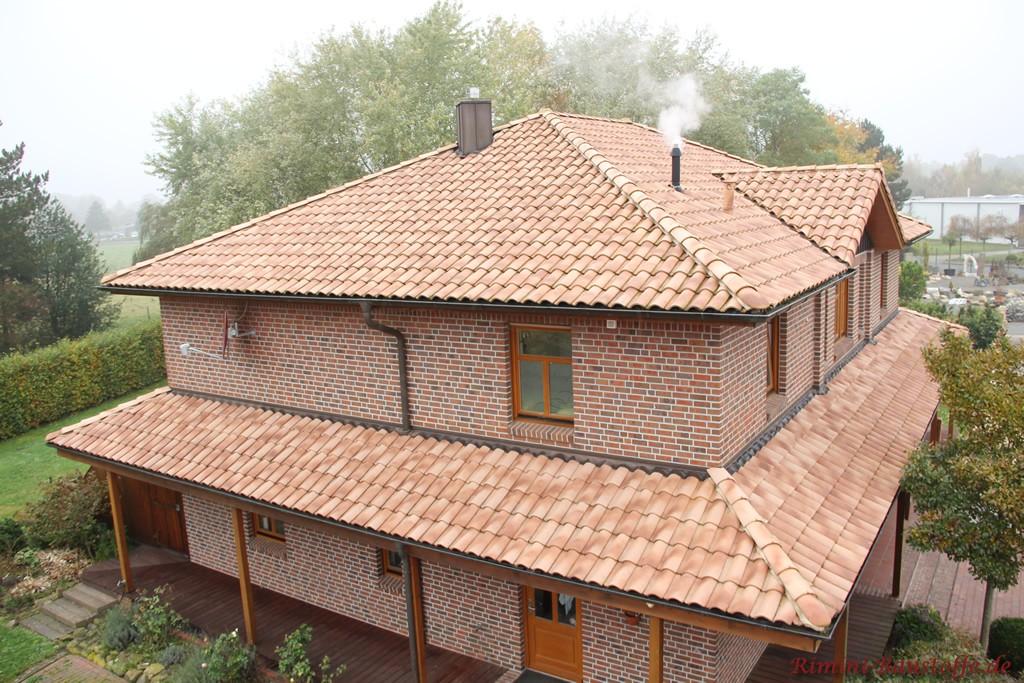 strohgelber Dachziegel bei neutralen Wetterverhaeltnissen