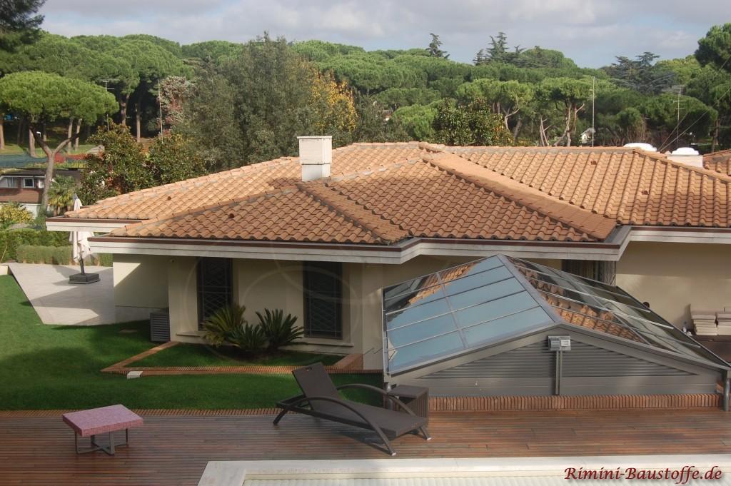 mediterraner Bungalow mit traditioneller Dacheindeckung