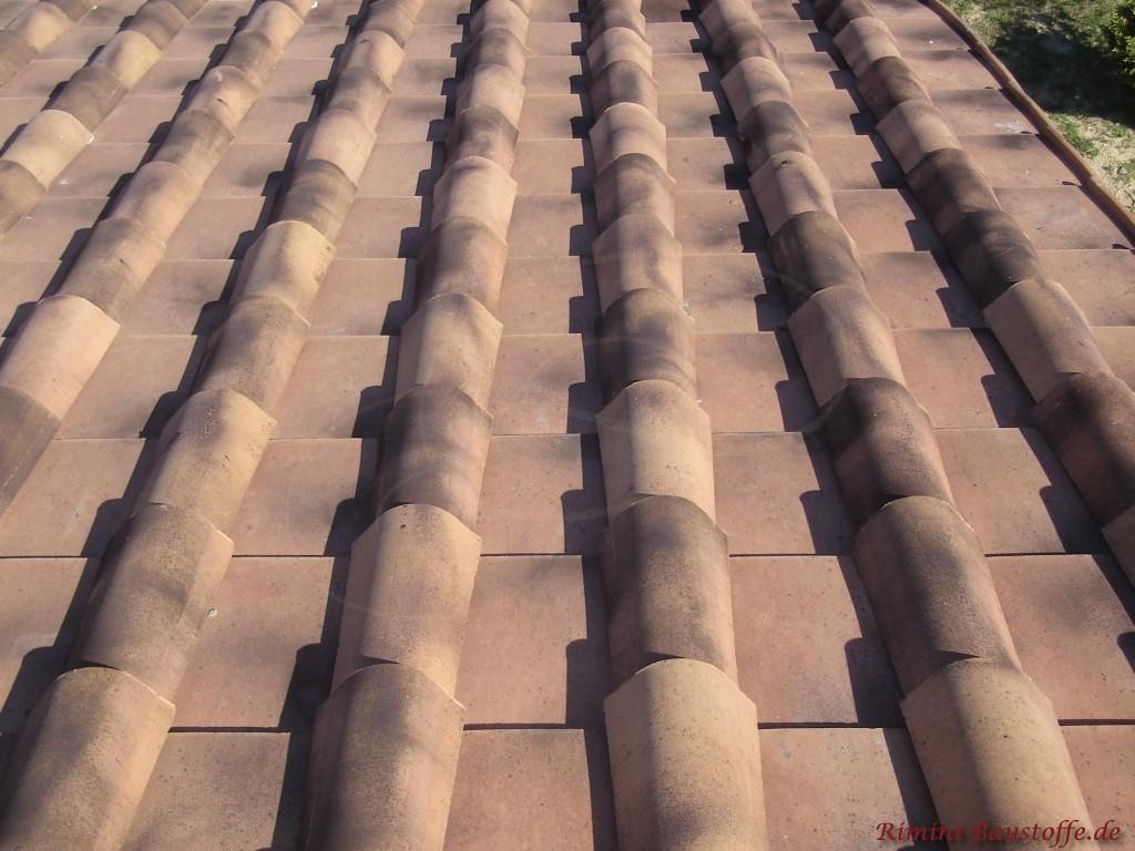 Nahaufnahme der Toskanaplatte auf einem Dach