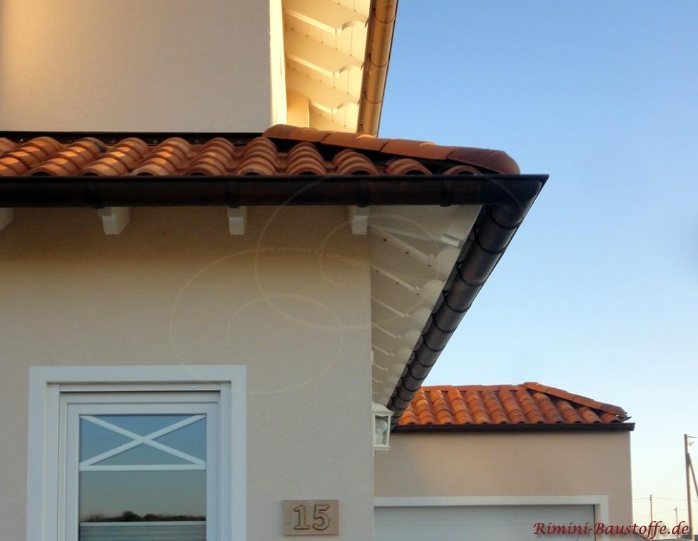 rotbrauner Dachziegel mit doppeltem Ruecken