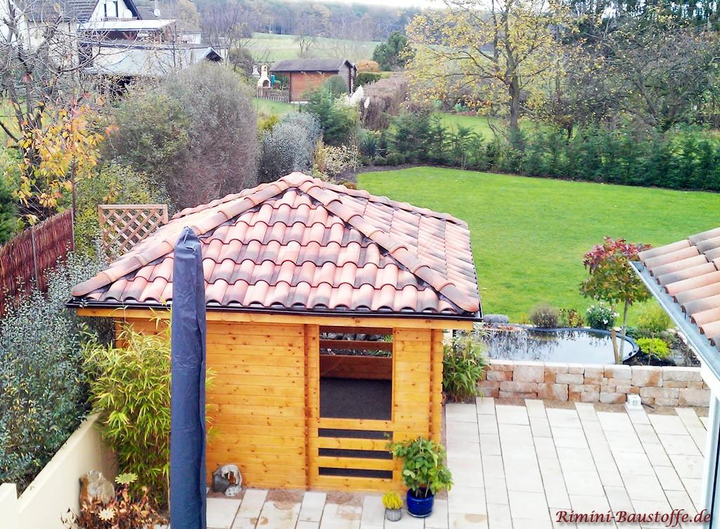Gartenhuette passend zum Hauptdach gedeckt