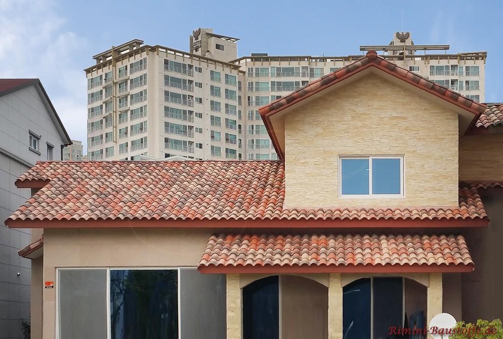 Fassade mit Putz und Natursteinoptik