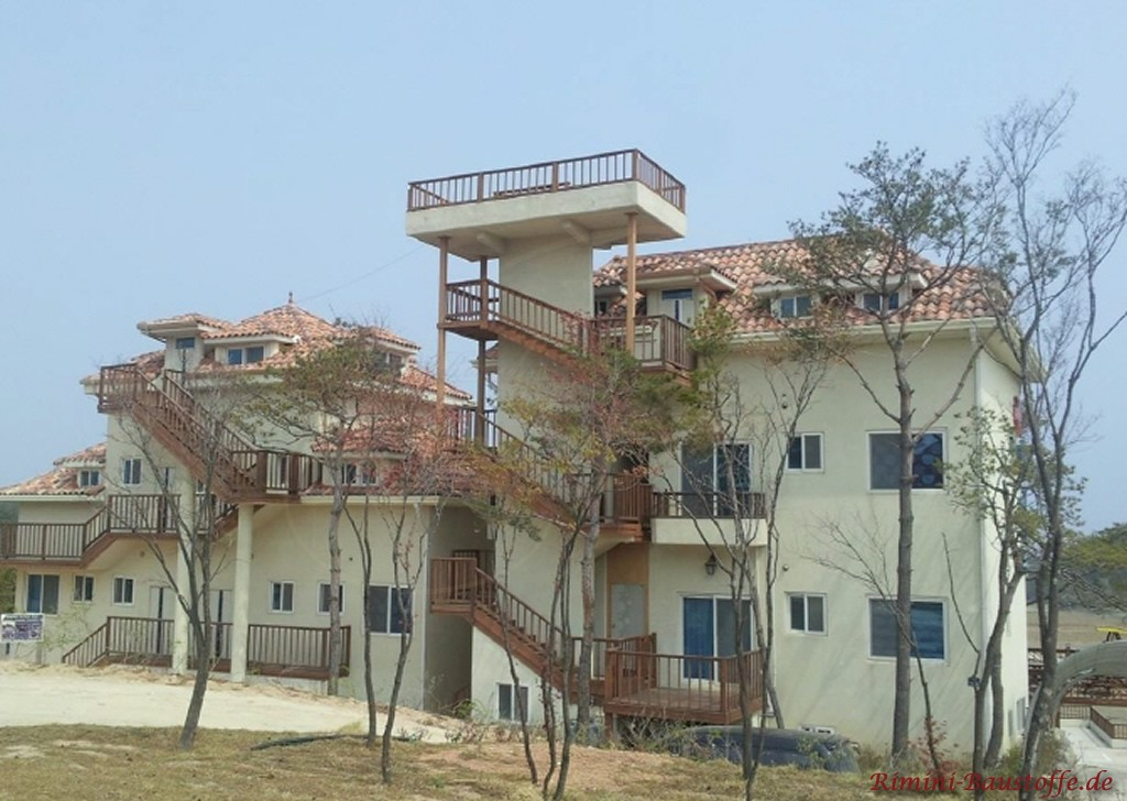 sandfarbene Putzfassade an einem Mehrfamilienhaus