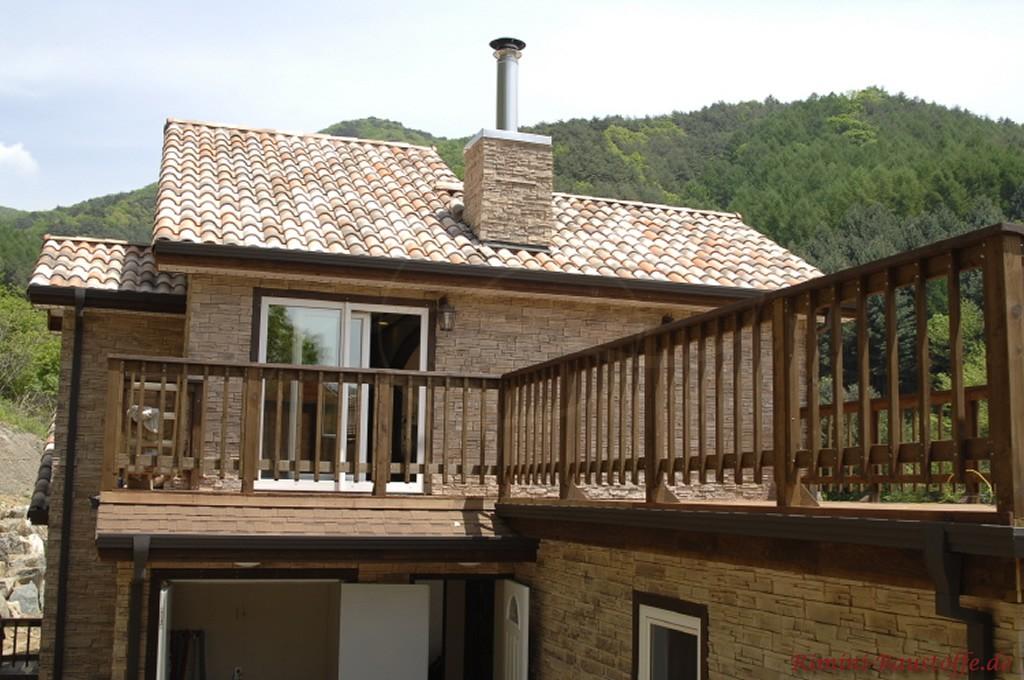 braune Natursteinfassade und ein sandfarbener Dachziegel