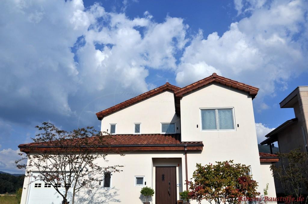 weisser Putz und weisse Fenster und dazu ein rotbrauner Dachziegel