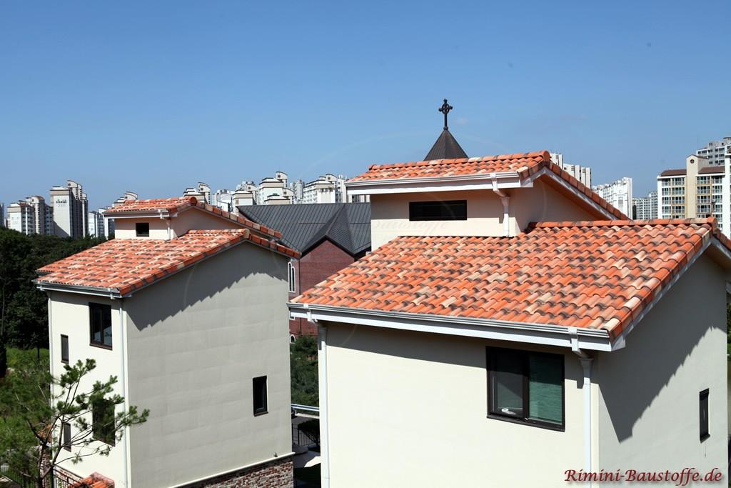 rotgeflammter Dachziegel zu weissem Putz