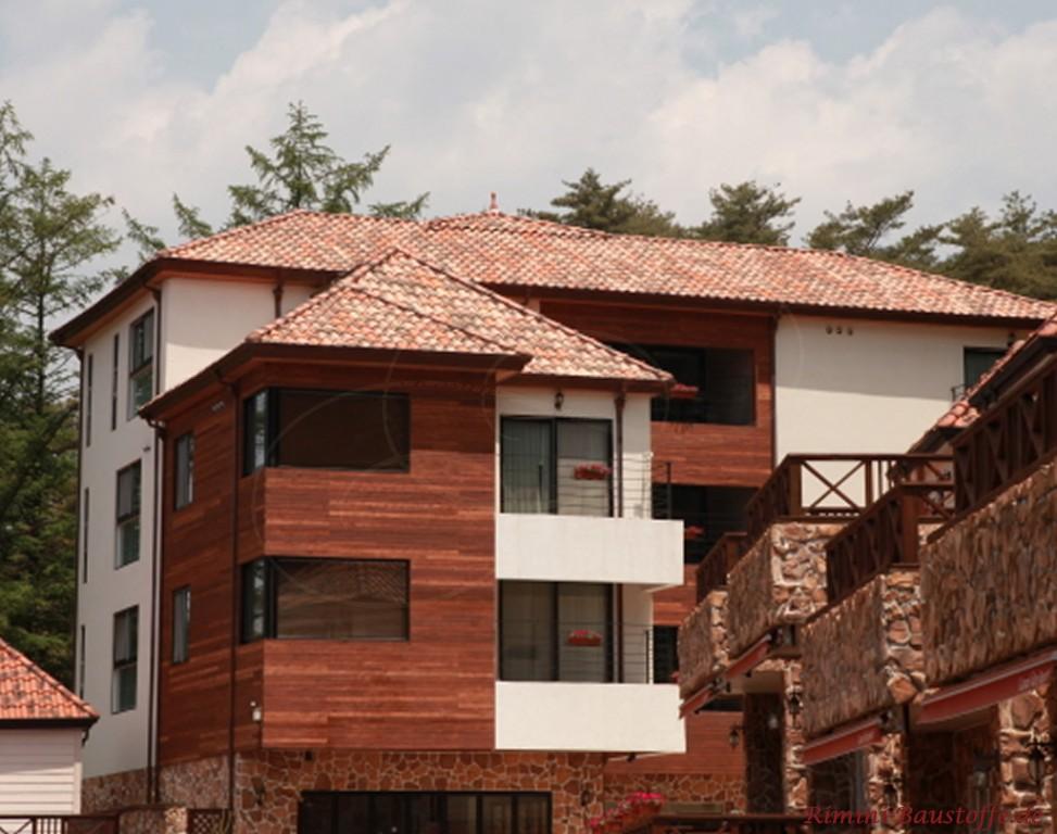 hier wurde die Fassade teilweise mit Holz und Naturstein verkleidet