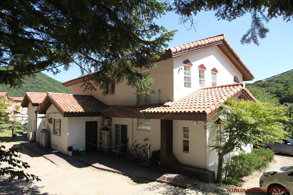 doppelgeschossiges Satteldachhaus mit weisser Putzfassade